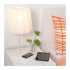 Galda lampa IKEA VARV  ar bezvadu lādētāju.